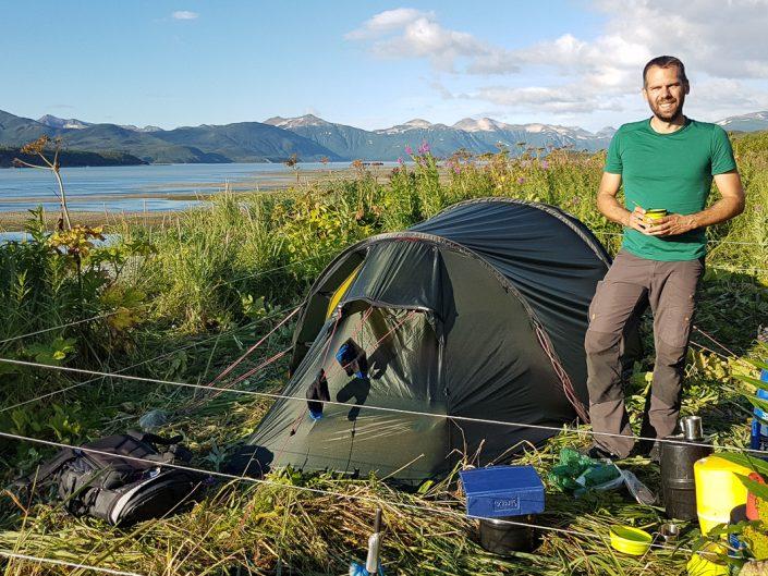 Mann steht neben Zelt, mit Elektrozaun vor Bären geschützt, Katmai Nationalpark, Alaska