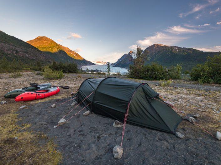 Zelt mit Packrafts vor Gletscher in Alaska