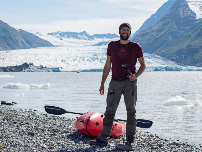 Mann mit Packraft beim Spencer Glacier, Alaska