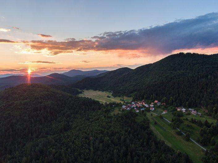 Landschaft Notranjska Region bei Sonnenuntergang, Luftaufnahme, Markovec, Slowenien