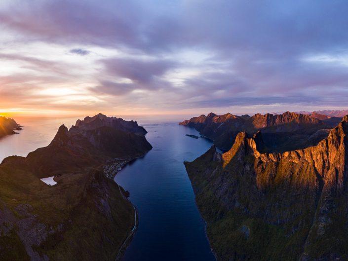 Sonnenuntergang über den Fjorden von Senja, Luftaufnahme, Norwegen