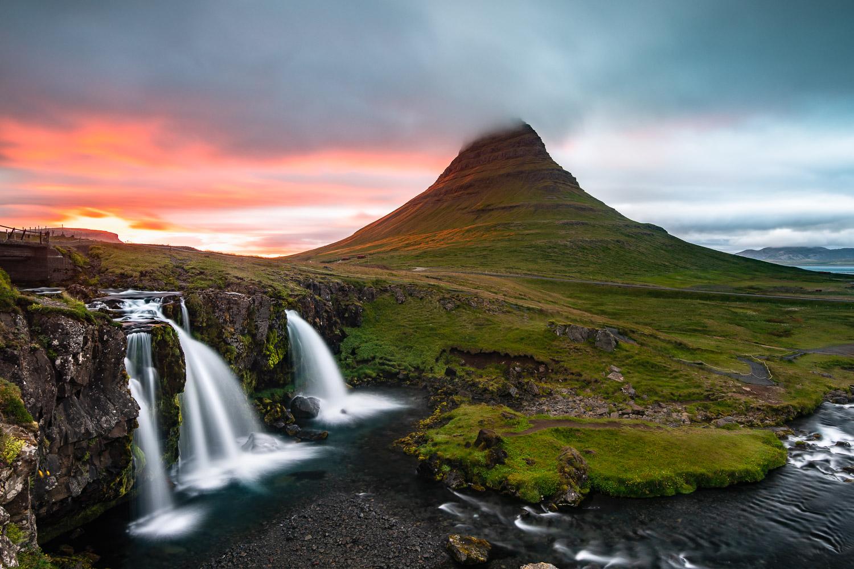 Berg Kirkjufell in Island mit Wasserfall