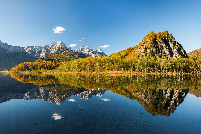Spiegelung am Almsee im Herbst, Österreich