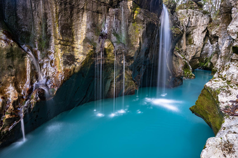 Soca fließt durch Canyon