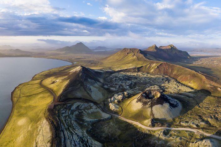Luftaufnahme einer Vulkanlandschaft mit Krater, Hochland, Landmannalaugar, Island