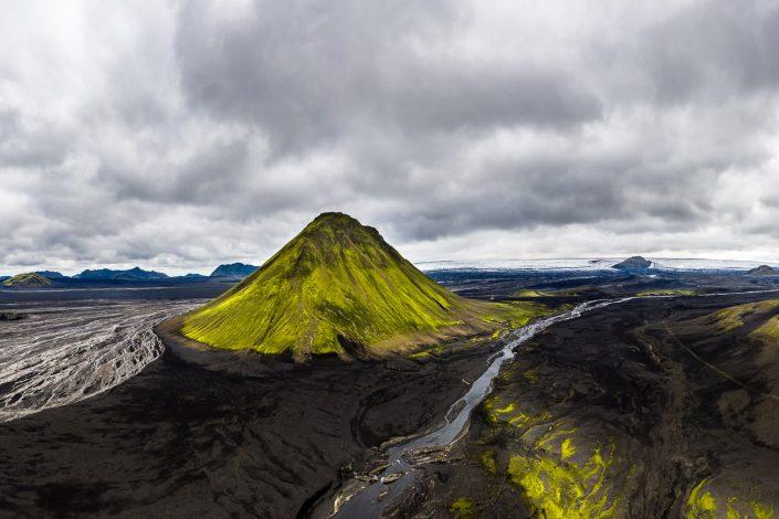 Luftaufnahme von grünem Berg in schwarzer Wüste, Maelifell, Hochland, Island