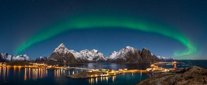 Nordlicht über Fischerorten Sakrisoy und Hamnoy, Lofoten