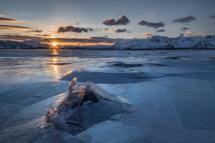 Sonnenuntergang an zugefrorenem Fjord, Lofoten