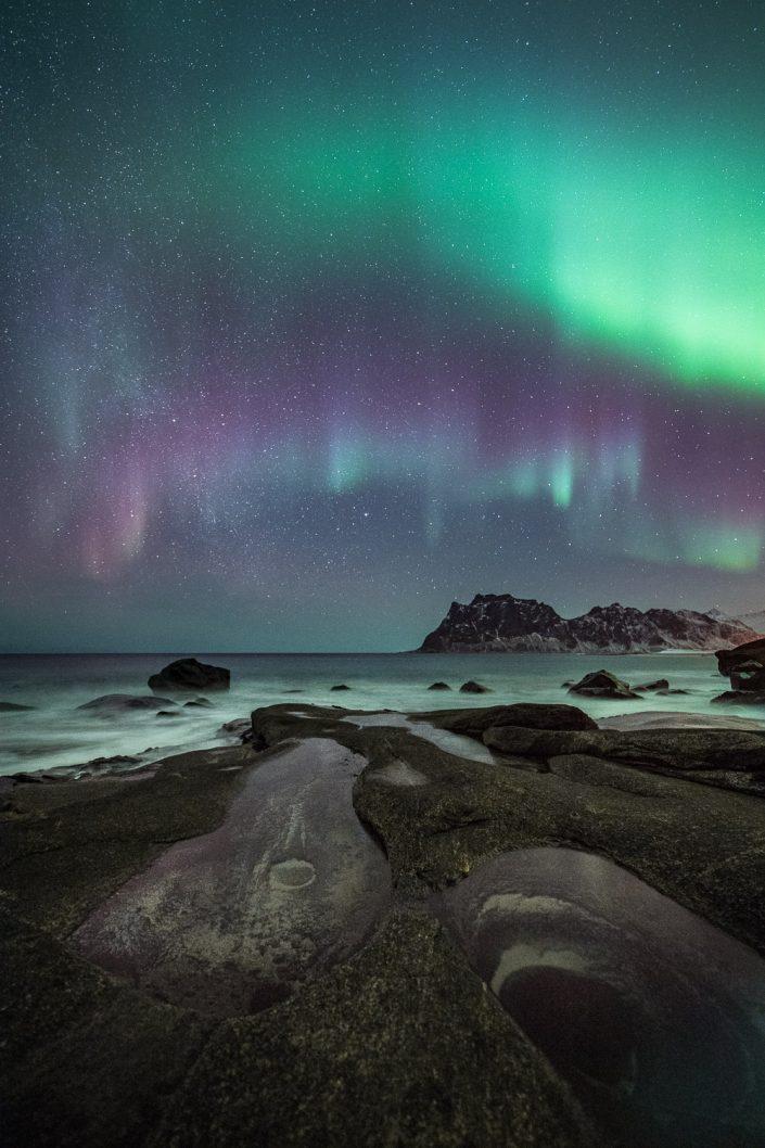 Nordlicht über dem Auge von Uttakleiv, Lofoten, Norwegen