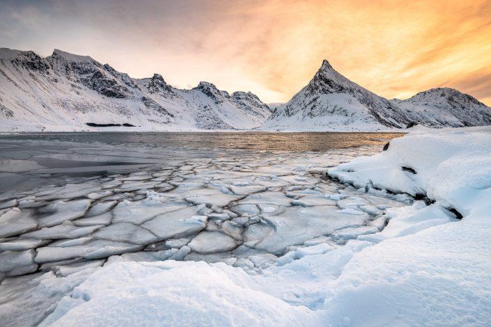 Eisschollen vor Berg Volandstinden, Lofoten