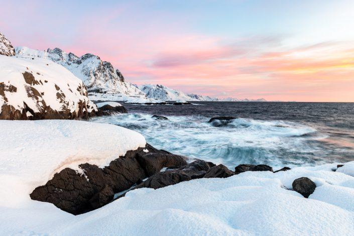 Verschneite Küste der Lofoten mit Morgenstimmung