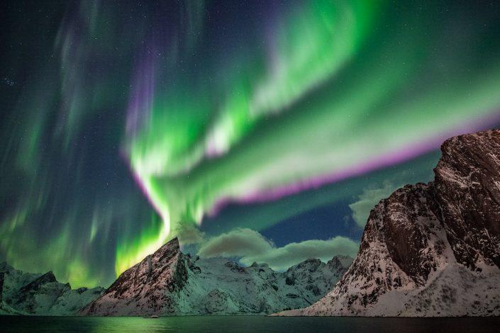 Violettes Nordlicht über Berg Olstinden, Hamnoy, Lofoten, Norwegen