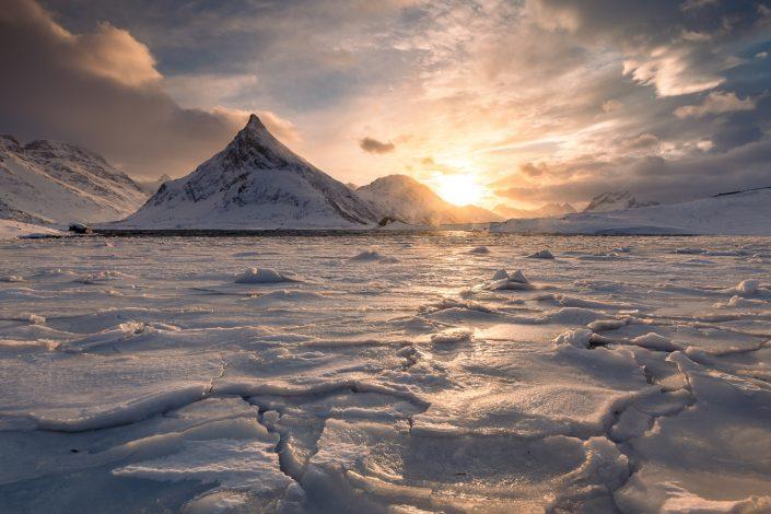 Eis am Fjord vor Berg Volandstinden, Lofoten