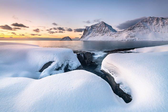 verschneite Küste bei Haukland, Lofoten
