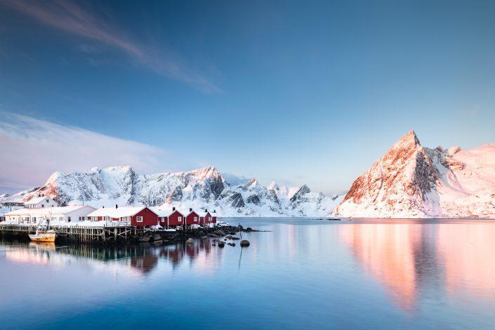 Rote Rorbuer Hütten am Fjord, Hamnoy, Lofoten, Norwegen