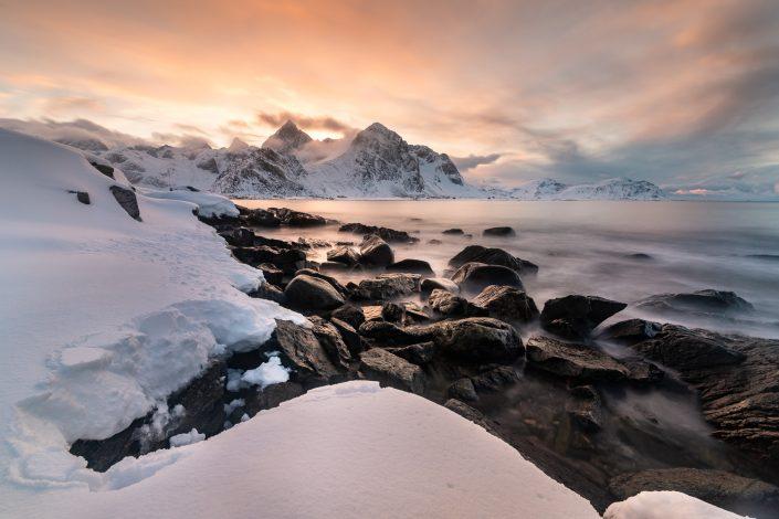 verschneite Landschaft bei Vareid, Lofoten