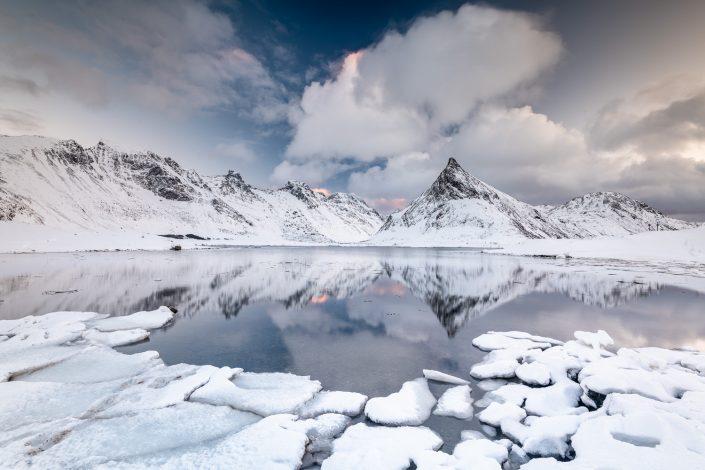 winterliche Landschaft der Lofoten, Berg Volandstinden, Norwegen