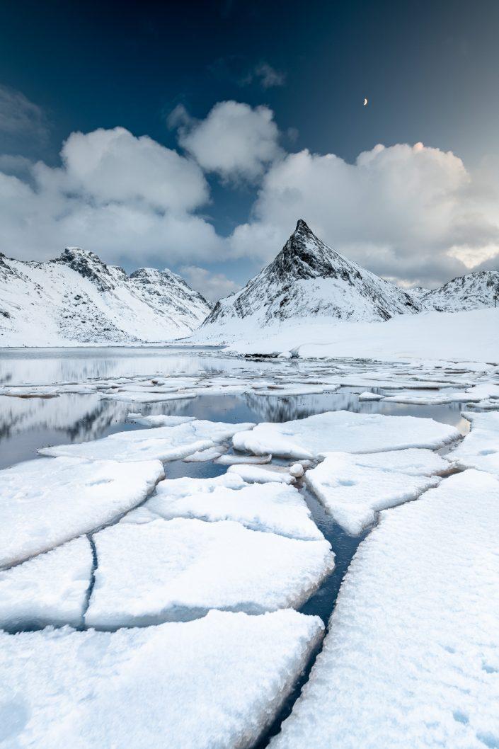 vereister Fjord vor Berg Volandstinden, Lofoten, Norwegen