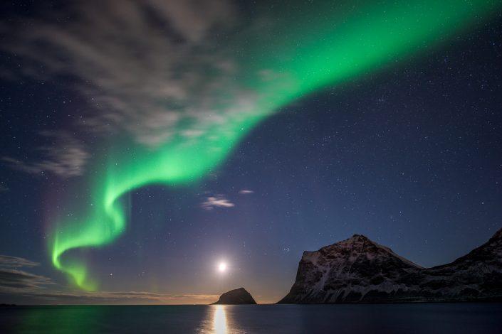 Nordlicht über den Bergen bei Haukland, Lofoten