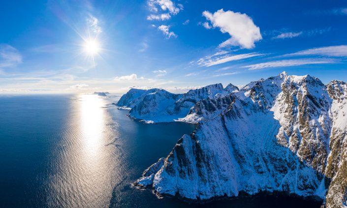 Berg und Fjordlandschaft der Lofoten, Luftaufnahme