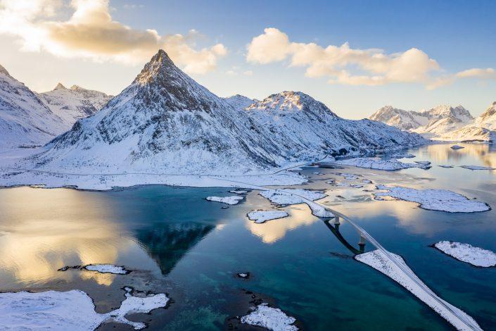 Berg Volandstinden mit Brücke über Inseln, Lofoten
