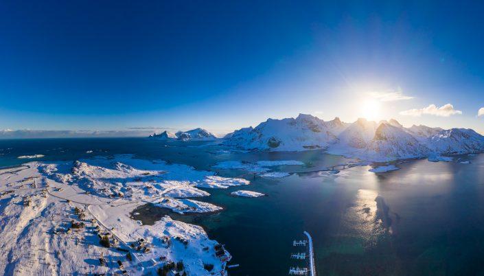 Luftaufnahme von Fredvang und der Landschaft der Lofoten, Winter, Norwegen