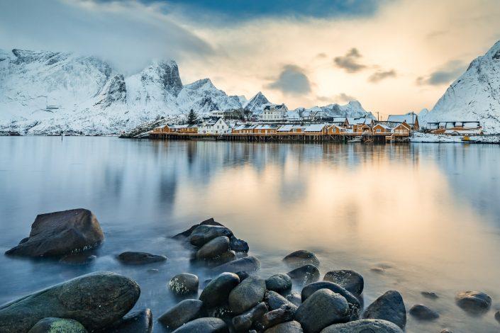 Gelbe Fischerhütten von Sakrisoy, schneebedeckte Berge, Reine, Lofoten, Norwegen