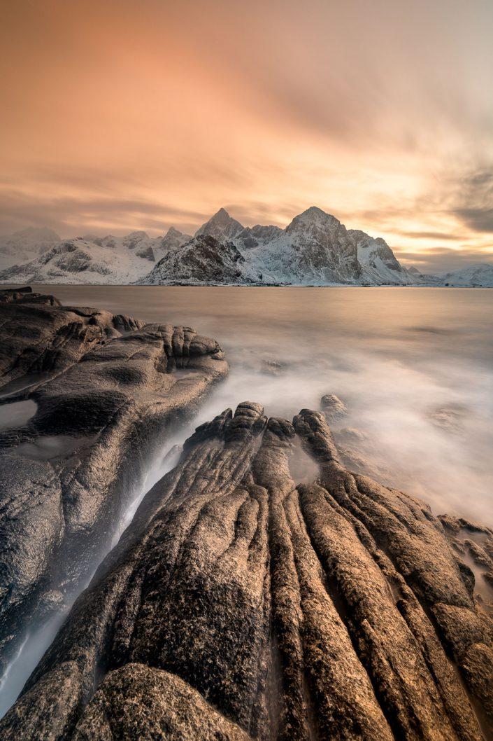 Küstenlandschaft mit Bergen bei Sonnenuntergang, Lofoten, Norwegen