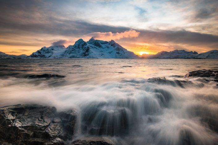Küste bei Vareid auf den Lofoten, Sonnenuntergang, Norwegen