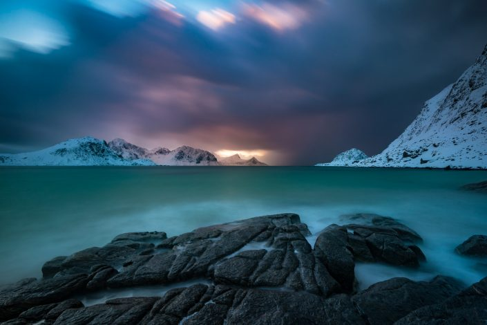 dramatische Wolkenstimmung am Strand von Haukland, Lofoten, Norwegen