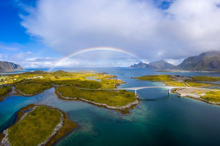 Regenbogen bei Fredvang, Landschaft, Lofoten, Norwegen
