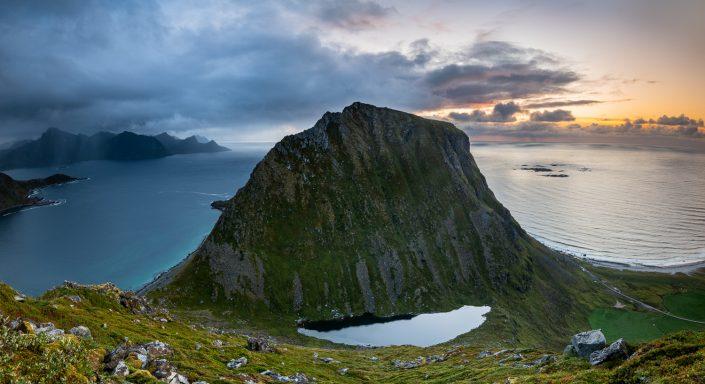 Berg bei Sonnenuntergang, Haukland, Uttakleiv, Lofoten, Norwegen