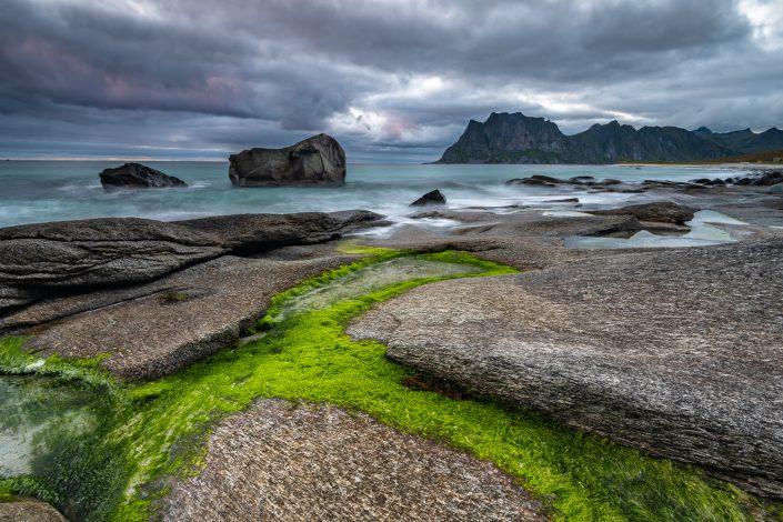 Felsen am Strand von Uttakleiv, Lofoten, Norwegen