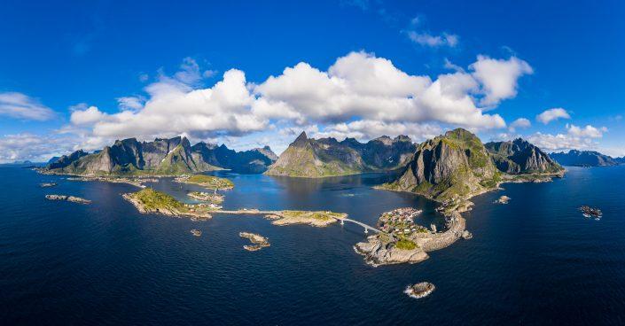 Luftaufnahme von Reine und Hamnoy, Fjord, Lofoten, Norwegen