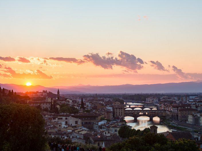 Florenz mit Fluss Arno und Brücke Ponte Vecchio bei Sonnenuntergang, Italien